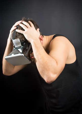 Scared bebaarde man met VR-bril