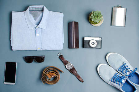 男性服やファッション アクセサリー青の背景 flatlay 上 写真素材