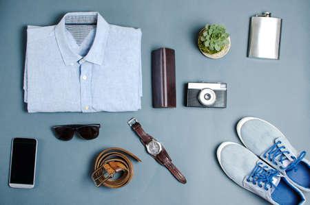 Mannenkleding en modeaccessoires op blauwe achtergrond flatlay Stockfoto