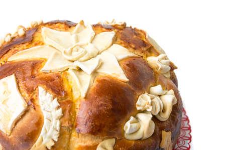 흰색 배경에 고립 된 집에서 데코 레이팅 된 빵