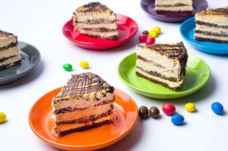 paleta de caramelo: Rodajas de pastel de caramelo servidas en platos de colores Foto de archivo