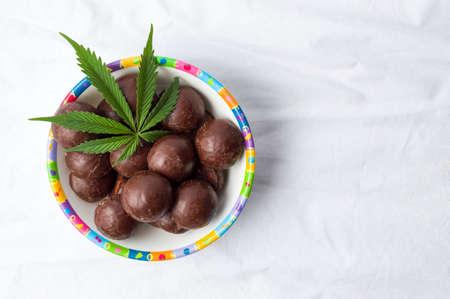 ボウルにマリファナとチョコレート ・ トリュフ 写真素材