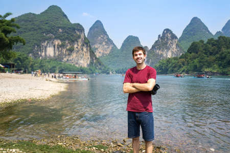 Happy tourist by the Li river in Yangshuo, China Imagens