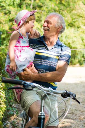 おじいちゃんが孫娘と自転車で笑いながら