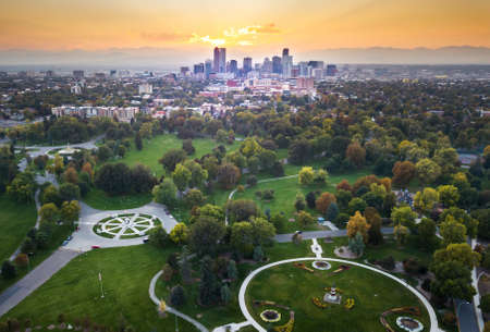 Coucher de soleil sur la ville de Denver, vue aérienne du parc de la ville