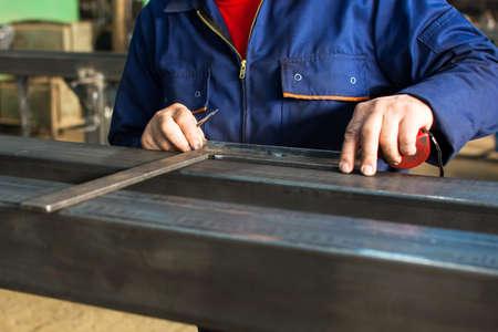 신선한 용접 된 스테인레스 스틸 바 측정 작업자 스톡 콘텐츠