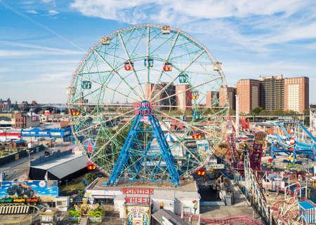 NUEVA YORK, LOS EEUU - 26 DE SEPTIEMBRE DE 2017: Rueda de la maravilla en la opinión aérea del parque de atracciones de Coney Island. Situado en el sur de Brooklyn a lo largo de la costa, es un lugar de entretenimiento de Nueva York Editorial
