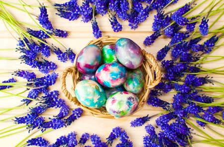 손으로 그린 부활절 달걀과 보라색 봄 꽃