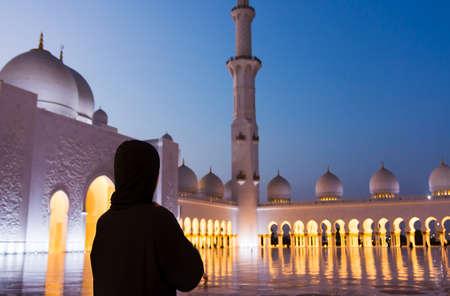 Female tourist at Sheikh Zayed Grand Mosque in  Abu Dhabi - UAE Фото со стока - 94745160