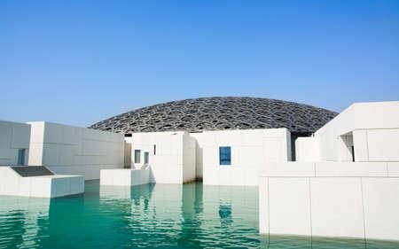 ABU DHABI, VEREINIGTE ARABISCHE EMIRATE - 26. JANUAR 2018: Gebäude des Louvre Abu Dhabi-Äußeren an einem sonnigen Tag