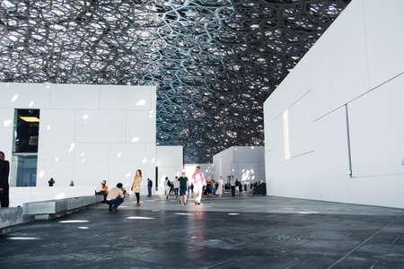 ABU DHABI, VEREINIGTE ARABISCHE EMIRATE - 26. JANUAR 2018: Louvre Abu Dhabi moderne Halle mit Dachregen des Regens des Lichts