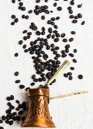 Roasted coffee beans and a copper cooking pot 版權商用圖片