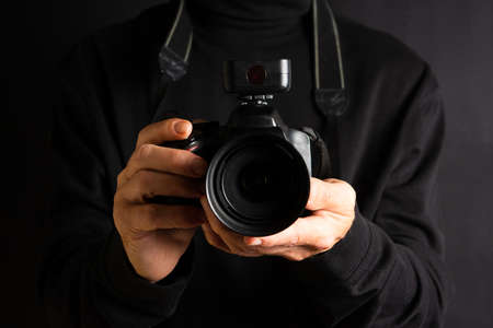 Person holding a DSLR camera close up Banque d'images - 110666689