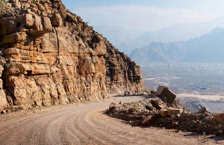 Strada panoramica del deserto circondata da rocce in Musandam Oman Archivio Fotografico