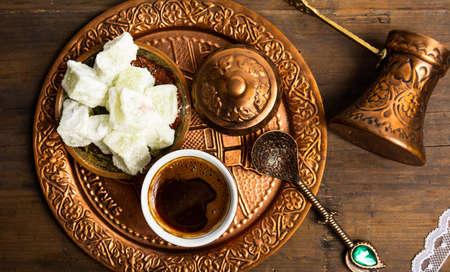 Postre de delicia y café turco con vista superior de pistacho
