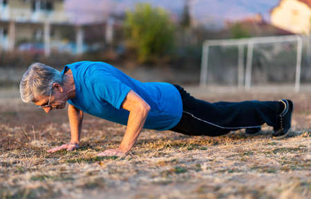 Senior Man doing pushups on an outdoor workout Imagens