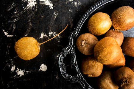 Kiwi fruits on a wooden table top view Banque d'images - 118383469