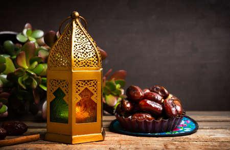 在一张桌上的日期和阿拉伯样式灯与拷贝空间