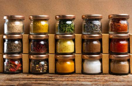 Grande collection d'épices dans de petits pots sur l'étagère
