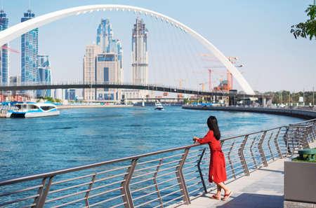 Mujer disfrutando de la vista de Dubai desde el canal de agua