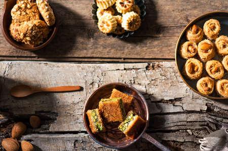 Desserts arabes en vue de dessus de bols rustiques