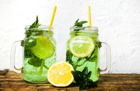 Limonade froide avec de la marijuana dans un verre isolé Banque d'images