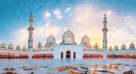 Grande Mosquée Sheikh Zayed à Abu Dhabi vue panoramique au coucher du soleil