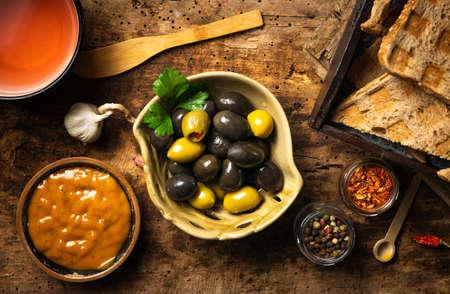 aceitunas frescas con pasta de aceitunas e ingredientes de mesa Foto de archivo