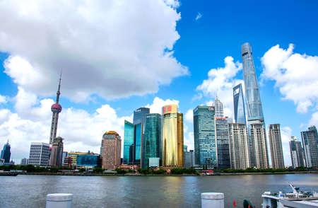 Shanghai, China - 8. August 2019: Shanghai moderne Innenstadt mit Wolkenkratzern in der chinesischen Metropole Blick vom Bund Editorial
