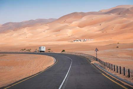 Carretera escénica en el desierto del barrio vacío cerca de Abu Dhabi en los Emiratos Árabes Unidos, Oriente Medio