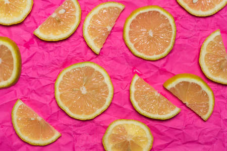 Lemon fruit slices on pink background flat lay top view pattern Stok Fotoğraf