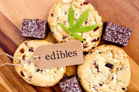 마리화나 - 마리화나 - 의약 식료품 - 꼬리표와 잎을 가진 과자 & 코코넛 브라우니