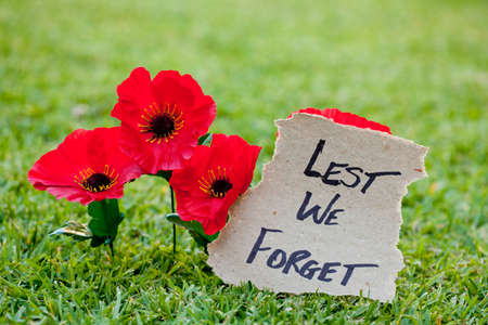 Lest We Forget - Anzac - Rememberance - poppies with written message Banco de Imagens