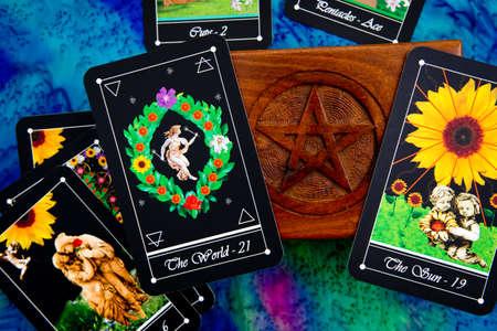 Tarotlesingen met dek Tarotkaarten met houten doos met pentagramontwerp