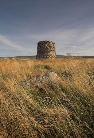 rebeldia: Cairn conmemoración en memoria de la Batalla de Culloden en 1746 en la que el Jacobite fuerzas dirigidas por las tropas del Gobierno para poner fin a la dinastía Estuardo exiliados de la campaña para restablecer a sí mismo en el poder.