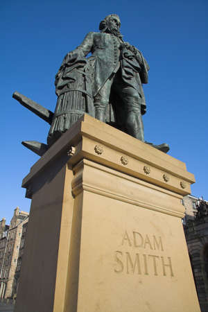 mile: Statue of the Scottish Enlightenment economist and philosopher Adam Smith (1723-90) on Edinburghs Royal Mile. Smiths book, The Wealth of Nations, is considered a pioneering guide to political economy and free market enterprise, and remains hugely influe Stock Photo