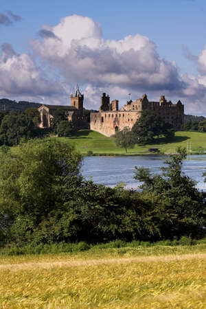 scots: Beautifully situated by a small loch, the atmospheric ruins of Linlithgow Palace are most celebrated today as the birthplace of Mary, Queen of Scots. Stock Photo