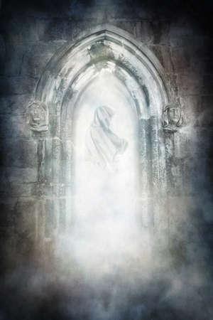 Figure fantomatique à capuchon se matérialisant dans une ancienne porte médiévale voûtée. Banque d'images