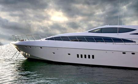 super yacht: Un yacht di lusso parcheggiate nella sua cuccetta durante il Dubai International Boat Show.
