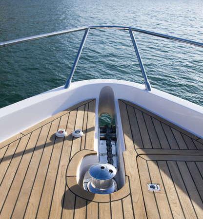 jachthaven: Het vooraanzicht van een luxe en duur jacht. Dit beeld werd genomen tijdens de Dubai International Boat Show. Stockfoto