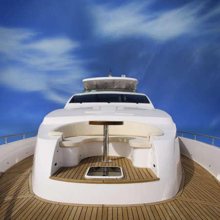 super yacht: Vista posteriore del super yacht, con vista del ponte sovraccarico.