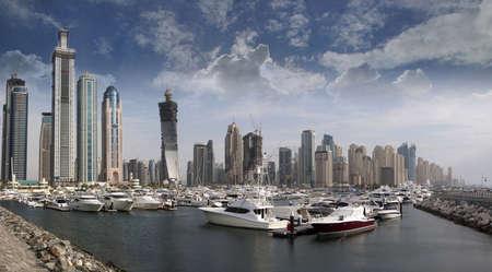 Spazio in Dubai Marina, con numerose barche e yacht di attracco parcheggiata di fronte il famoso quartiere di Marina di Dubai, UAE.