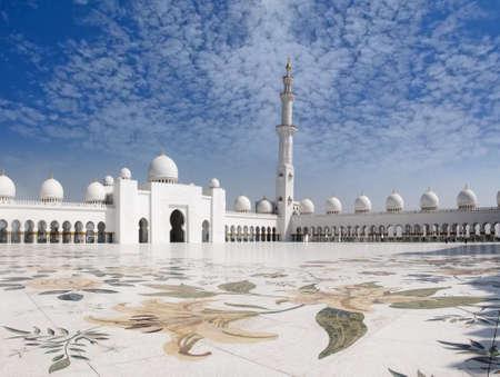 mezquita: El Jeque Zayed mezquita con miras de oraci�n hermoso balc�n y nubes encantadoras, esta es una de la mayor �rea de oraci�n despu�s de la Meca.