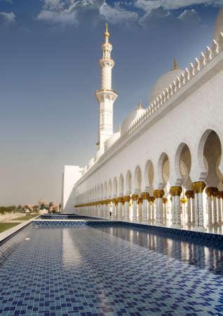 quran: Vista lateral de la Mezquita Sheikh Zayed o gran mezquita en Abu Dhabi, esta es la opini�n de forma y corredor de paseo de lado de la mezquita tercero m�s grande del mundo.  Foto de archivo