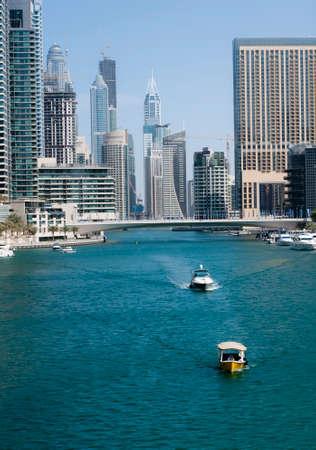 high end: Paseo de la Marina, uno de la localidad de gama alta en Dubai Casa en muchas torres de gran altura y centros comerciales Editorial