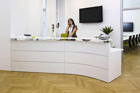 una señora de la recepción en la oficina