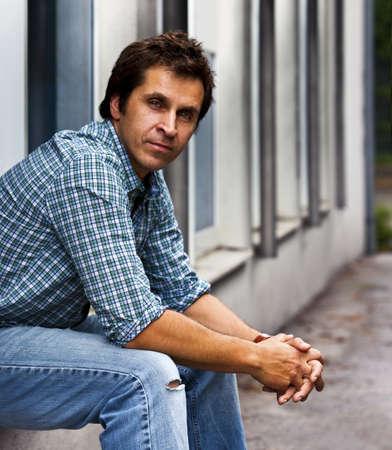 hombre solitario: Individuo confidente y casual Foto de archivo