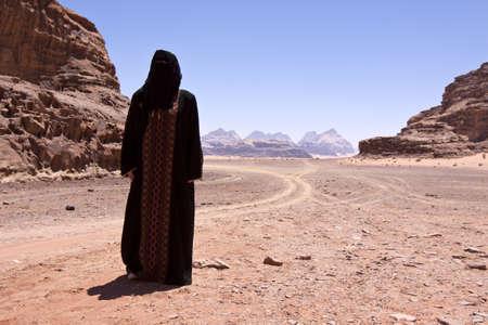 burka: Donna nomade con burka nel deserto
