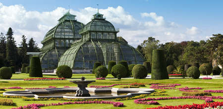 invernadero: Imagen diurna de la famosa casa de palma Palmenhaus, o invernadero en la gaden imperial de Sch�nbrunn Sch�nbrunn, Viena, Austria