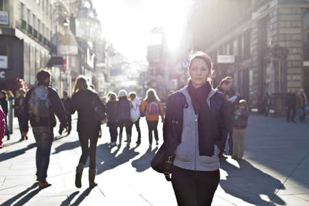 pedestrian sign: Ragazza urbana in piedi fuori dalla folla in una strada di citt�